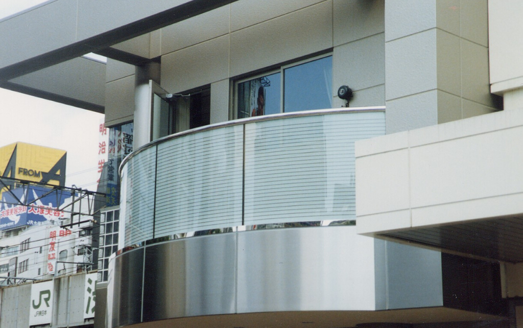 glass manifestation for Privacy on balcony